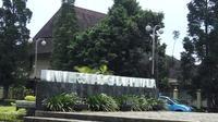 Akademisi dan mahasiswa UGM menyatakan sikap menolak pelemahan KPK di Balairung UGM. (Liputan6.com/ Switzy Sabandar)