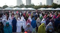 Sejumlah umat muslim melakukan salat Idul Fitri di Grandstand Quirino di Manila, Filipina (25/6). (AFP Photo/Noel Celis)