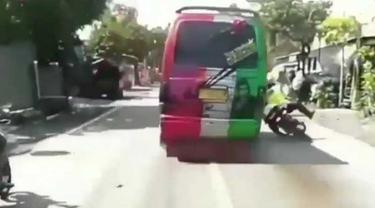 Polisi Ditabrak Minibus Saat Mau Diperiksa (IG Baliviral)