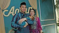 Ayu Dewi saat menggelar acara upacara potong rambut (Liputan6.com/Herman Zakharia)