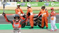 Pembalap Spanyol dari tim Ducati, Jorge Lorenzo merayakan selebrasi setelah memenangkan balapan MotoGP Catalunya di Sirkuit Catalunya di Montmelo, (17/6). (AFP PHOTO / Lluis Gen)
