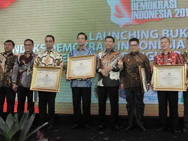 Menko Polhukam Wiranto (tengah) foto bersama sejumlah kepala daerah usai memberikan piagam penghargaan Indeks Demokrasi Indonesia (IDI) 2017 di Jakarta, Kamis (13/12). BPS merilis buku IDI dalam rentang waktu 2009-2017. (Merdeka.com/Iqbal Nugroho)