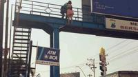 Aksi percobaan bunuh diri dengan melompat dari jembatan penyeberangan terjadi di Jalan Mayjen Sutoyo Kota Tegal, sekitar pukul 15.00 WIB, Rabu 19 Desember 2018. (Liputan6.com/ Fajar Eko Nugroho)