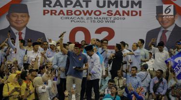 Calon Wakil Presiden nomor urut 02 Sandiaga Uno (peci merah) menyapa pendukungnya saat kampanye terbuka di Gelanggang Remaja Jakarta Utara, Senin (25/3). Sandiaga mengajak seluruh simpatisan untuk memenangkan dirinya serta Prabowo Subianto dalam Pemilu pada April 2019. (Liputan6.com/Faizal Fanani)