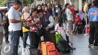 Keluarga saat menunggu kereta api di Stasiun Senen, Jakarta, Rabu (23/12). Libur Natal dan Tahun baru di manfaatkan sejumlah masyarakat untuk berlibur dan kembali ke kampung halaman. (Lipitan6.com/Angga Yuniar)