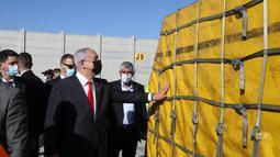 PM Israel Benjamin Netanyahu menghadiri upacara untuk menandai kedatangan pesawat yang membawa gelombang pertama vaksin COVID-19 Pfizer di Bandara Internasional Ben Gurion, Tel Aviv, Israel, 9 Desember 2020. Israel memesan sekitar 8 juta vaksin Pfizer. (Xinhua/JINI/Marc Israel Sellem)