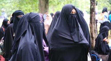Jumlah perempuan berhijab dilengkapi cadar atau niqab semakin banyak. Apa yang memotivasi mereka? Bagaimana pula keseharian penggunanya?