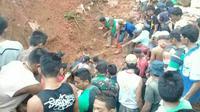Pencarian korban longsor di tambang emas ilegal di Desa Bakan, Kecamatan Lolayan, Kabupaten Bolaang Mongondow, Sulawesi Utara. (Twitter @Sutopo_PN)