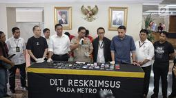 Kabid Humas Polda Metro Jaya Kombes Pol Argo Yuwono memberi keterangan kasus order fiktif pada transportasi online di Polda Metro Jaya, Jakarta, Rabu (13/2). Polisi menyita 23 handphone, simcard, buku tabungan, kartu ATM. (Liputan6.com/Faizal Fanani)