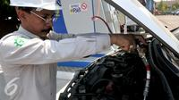 Petugas mengisi Bahan Bakar Gas pada salah satu mobil di area kantor Pembangkit Listrik Tenaga Gas Uap, Bekasi, Selasa (8/9/2015). BBG dinilai lebih ramah lingkungan dibandingkan bahan bakar bensin dan diesel. (Liputan6.com/Johan Tallo)