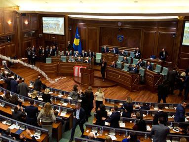 Sebuah gas air mata meledak dalam rapat parlemen di ibu kota Kosovo, Pristina, Rabu (21/3). Aksi anggota Partai Vatevendosje itu dilakukan demi mencegah pemungutan suara terkait masalah kesepatakan perbatasan dengan Montenegro. (AP Photo/Visar Kryeziu)