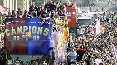FC Barcelona fans wave to the soccer team as the team travels on an open-topped bus to celebrate their Champions League victory in Barcelona May 28, 2009. AFP PHOTO/JOSEP LAGO