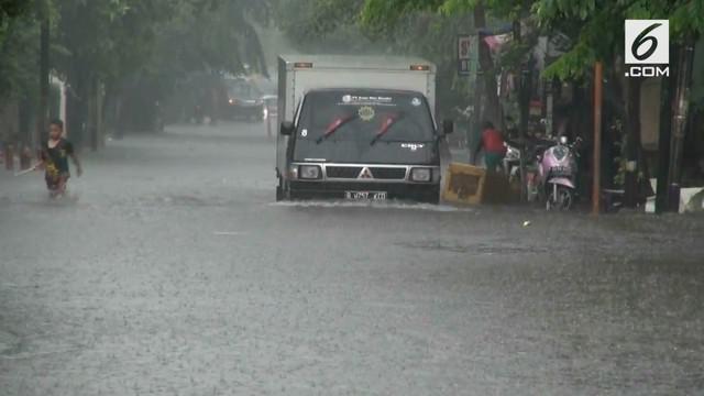 Buruknya saluran drainase diduga menjadi penyebab banjir yang menggenangi Perumnas Klender.