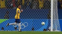 Neymar melakukan selebrasi usai membobol gawang Jerman lewat tendangan penalti saat final di Stadion Maracana, Rio de Janeiro, (21/8/2016) dini hari WIB. (AFP/Vanderlei Almeida)