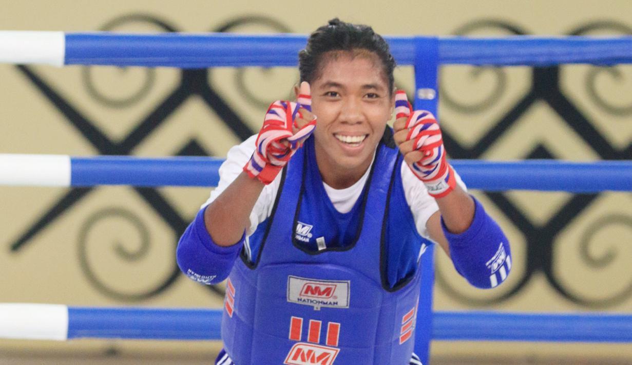 Atlet Muaythai Nusa Tenggara Timur, Susanti Ndapataka menang atas atlet Muaythai Sumatera Utara, Maydelse BR Sitepu usai pertandingan Semifinal Muaythai kelas 60 kg Putri di GOR STT Gidi, Sentani, Papua, Jumat (1/10/2021). (FOTO : PBPON XX PAPUA/DHONI SETIAWAN)