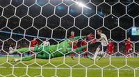 Harry Kane menjadi algojo. Tendangannya sempat ditepis oleh Schmeichel, namun bola rebound disambar dan berbuah gol. Untuk kali pertama, Timnas Inggris lolos ke final Piala Eropa. (Foto: AP/Pool/Frank Augstein)