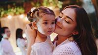 Yasmine Wildblood dan putrinya, Seraphina tampak menggemaskan saat muncul di sebuah acara. (Instagram/@yaswildblood)