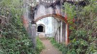 Gerbang masuk Benteng Gunung Putri di Desa Jayagiri, Lembang, Kabupaten Bandung Barat. (Liputan6.com/Huyogo Simbolon)