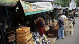Warga mencari parcel di Kawasan CIkini, Jakarta, Selasa (27/4/2021). Permintaan parcel menjelang Idul Fitri 1442 Hijriah mulai meningkat dengan harga bervariasi Rp300 ribu hingga Rp 3 juta per unit tergantung isi parcel, ukuran, dan model. (Liputan6.com/Faizal Fanani)