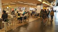 Pengunjung berada di salah satu pusat perbelanjaan Grand Indonesia, Jakarta, Minggu (15/3/2020). Ditengah maraknya wabah COVID-19, beberapa pusat perbelanjaan masih normal didatangi masyarakat untuk sekedar berbelanja atau menghabiskan waktu di akhir pekan. (Liputan6.com/Herman Zakharia)