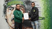 Alwi Slamat jadi rekrutan keempat Persebaya jelang kompetisi musim 2019. (Bola.com/Dok. Persebaya)