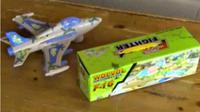 Sebuah pesawat jet mainan biasanya mengeluarkan tiruan bunyi mesin jet, tapi mainan ini mengeluarkan suara lain.