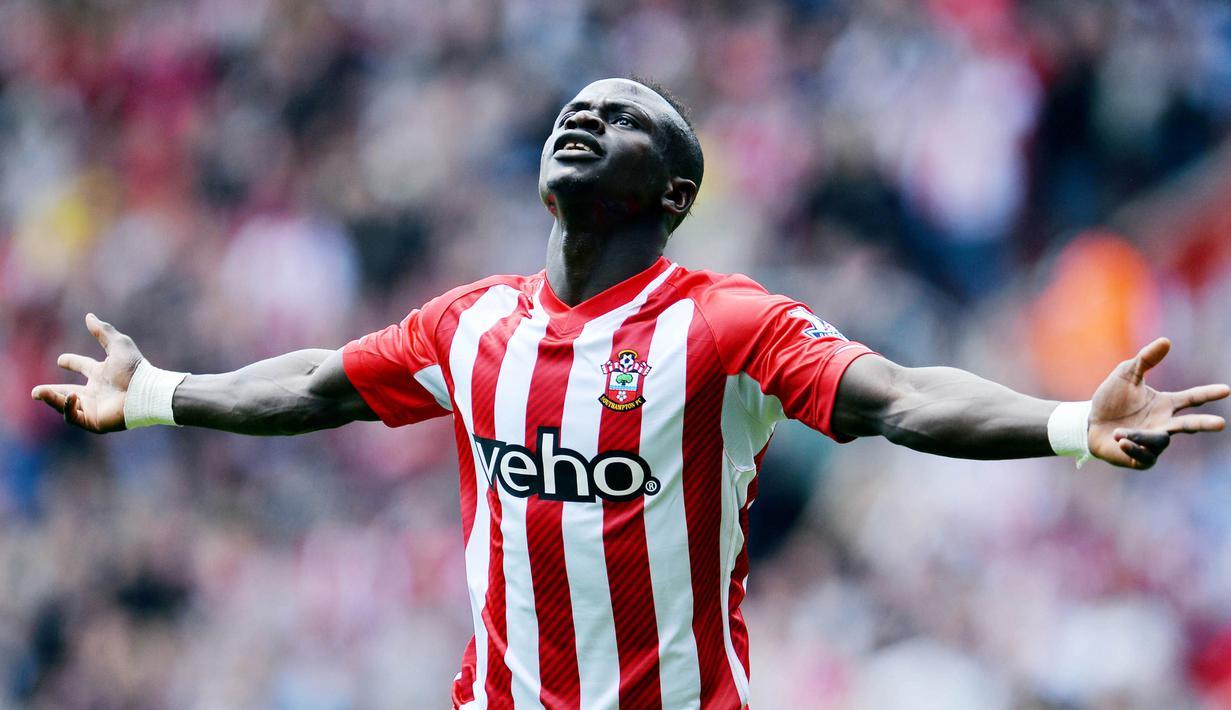 5. Sadio Mane (Southampton) - Striker Liverpool ini memegang rekor hattrick tercepat di pentas Premier League dengan catatan waktu 2 menit 56 detik. Gol-gol itu disarangkan Mane ke gawang Aston Villa pada menit 13, 14 dan 16 pada musim 2014/15. (AFP/Glyn Kirk)