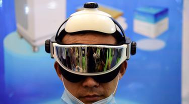 Seorang pengunjung menjajal alat terapi di pameran peralatan medis di Zhengzhou, Provinsi Henan, China tengah (4/8/2020). Pameran yang berlangsung selama tiga hari itu digelar di Zhengzhou pada Selasa (4/8) dan diikuti oleh lebih dari 1.000 peserta dari seantero China. (Xinhua/Zhu Xiang)