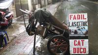 Pemilik mobil dengan kantong terbatas memilih untuk mengecat di bengkel cat duco yang banyak dijumpai di pinggir jalan.