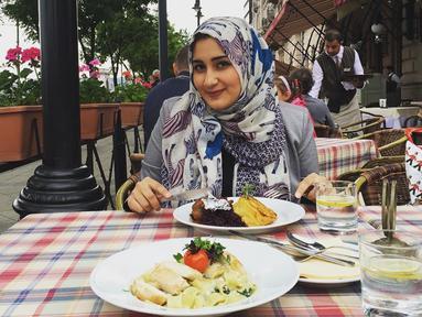 Di usianya yang hampir 28 tahun, Tania Nadira mungkin telah berstatus janda. Namun, tak lama lagi Ia akan mengganti statusnya menjadi istri dari Abdulla Alwi. Sosok Tania Nadira sebagai ibu muda pun tak menghalangi pesonanya. Misalnya saat dirinya tampil berhijab. (Liputan6.com/IG/@tanianadiraa)