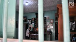 Cucu warga Tionghoa yang rumahnya digunakan tokoh muda Indonesia, Djanto Djoewari alias Djiauw Kiang Lin (70) berdiri di Rumah Pengasingan Sukarno dan Mohammad Hatta di Rengasdengklok, Karawang, Jawa Barat, Kamis (16/8). (Merdeka.com/Iqbal Nugroho)