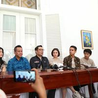 Pemain film Dilan 1991 berkunjung kerumah Dinas Ridwan Kamil (Adrian Putra/Fimela.com)