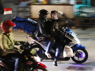 Pemudik bersepeda motor melintasi ruas Jalan Raya Kalimalang, Bekasi, Jawa Barat, Kamis (22/6). Situasi malam hari masih menjadi pilihan para pemudik yang menggunakan sepeda motor ke kampung halamannya. (Liputan6.com/Angga Yuniar)