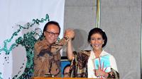 Sharif C Sutardjo dan Susi Pudjiastuti di acara serah terima jabatan Menteri Perikanan dan Kelautan, Jakarta, Rabu (29/10/2014). (Liputan6.com/Panji Diksana)