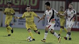 Gelandang Bhayangkara FC, Paulo Sergio, berusaha merebut bola dari gelandang Mitra Kukar, Muhammad Bahtiar, pada laga Liga 1 di Stadion PTIK, Jakarta, Kamis (17/5/2018). Bhayangkara FC menang 1-0 atas Mitra Kukar. (Bola.com/M Iqbal Ichsan)