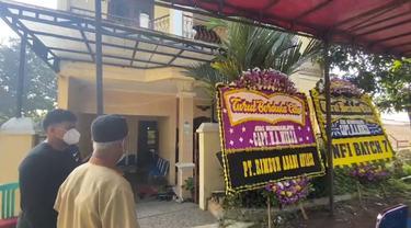 Sejumlah tamu terus berdatangan ke rumah kediaman pilot Pesawat Rimbun Air, Agithia Mirza, di Jalan Komplek AURI Blok C, RT02/O8, Kecamatan Bogor Barat, Kota Bogor, Kamis (16/9/2021).