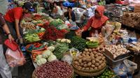 Pedagang menunggu pembeli di Pasar Kebayoran Lama, Jakarta, Kamis (27/8/2015). Naiknya harga kebutuhan pokok membuat pembeli mengurangi pembelian bahan makanan hingga menyebabkan daya beli masyarakat turun. (Liputan6.com/Johan Tallo)