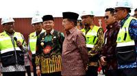 Wakil Presiden HM Jusuf Kalla bersama Gubernur Bengkulu meninjau kesiapan pelabuhan Pulau Baai yang akan ditingkatkan beriringan dengan pembangunan Jalan Tol. (Liputan6.com/Yuliardi Hardjo)