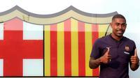 Pesepakbola muda Brasil, Malcom Filipe Silva de Oliveira berpose setibanya di stadion Camp Nou,  Barcelona, Selasa (24/7). Malcom akan menjalani tes medis pada Rabu pagi sebelum bergabung dengan skuat yang menjalani tur di AS. (AP Photo/Manu Fernandez)