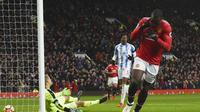 Romelu Lukaku mencetak gol pertama Manchester United (MU) ke gawang Huddersfield Town dalam lanjutan Liga Inggris 2017/2018 di Old Trafford, Sabtu (3/2/201). MU menang 2-0. (PAUL ELLIS / AFP)