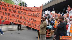 Citizen6, London: Umat muslim dari berbagai organisasi di London melakukan Long march damai sebagai bentuk solidaritas untuk umat muslim yang menentang Tirani Kekuasaan di Timur Tengah. (Pengirim: Apriyanto Hardi).