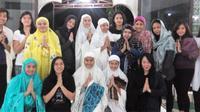 Pebulutangkis ganda putri pelatnas, Tiara Rosalia Nuraidah, mengadakan syukuran ulang tahun dan buka puasa bersama anak-anak yatim di Masjid Al Huda, Kompleks Pelatnas PBSI, Cipayung, Jumat (24/6/2016). (PBSI)