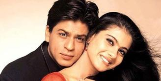 Tampaknya Kajol sudah ditakdirkan menjadi pasangan Shahrukh Khan di film. Lantaran film yang dibintangi mereka selalu laris manis, memang keduanya mempunyai chemistry kuat. (Foto: indianexpress.com)