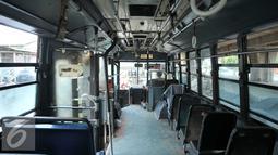 Suasana di dalam bus PPD 43  jurusan tanjung priok cililitan, Jakarta, senin, (15/2). Trayek bus besar yang dihapus adalah Steady Safe 921 (Kampung Melayu-Terminal Blok M), dan Steady Safe 948 (Tanjungpriok-Kampung Melayu). (Liputan6.com/Gempur M Surya)