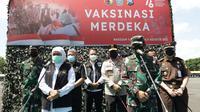 Khofifah menghadiri vaksinasi massal di lapangan Kodam V Brawijaya Surabaya. (Dian Kurniawan/Liputan6.com)