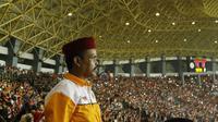 Seorang The Jakmania tampak serius saat menyaksikan laga terakhir Persija di Liga 1 di Stadion Patriot, Bekasi, Minggu (12/11/2017). Persija menang 2-1 atas Bhayangkara FC. (Bola.com/ M Iqbal Ichsan)