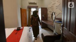 Petugas Satpol PP memeriksa kamar saat razia pendataan izin penginapan berbasis aplikasi dan rumah kos di Kelurahan Palmerah, Jakarta Barat, Jumat (25/10/2019). Kegiatan ini untuk mendata usaha rumah yang  dijadikan kos-kosan beraplikasi online serta izin rumah untuk usaha. (merdeka.com/Imam Buhori)
