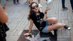 Penonton wanita berselfie di samping bintang Metallica saat menghadiri Rock in Rio Festival di Olympic Park, Rio de Janeiro, Brazil, (21/9). Festival ini berlangsung  selama tujuh hari 15-17 September dan 21-24. (AFP Photo/Mauro Pimentel)