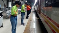Sejumlah petugas di Stasiun Pasar Senen memberi salam hormat kepada para penumpang sesaat setelah kereta berjalan (Merdeka.com/Sania Mashabi)