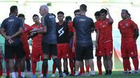 Pelatih Arema FC, Mario Gomez (berambut putih), saat briefing tim jelang latihan. (Bola.com/Iwan Setiawan)